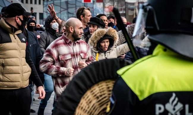 Полицаи и протестиращи се сблъскаха в Нидерландия