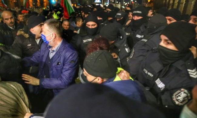 Ден 200 от протестите в София: Два опита за нахлуване в МС