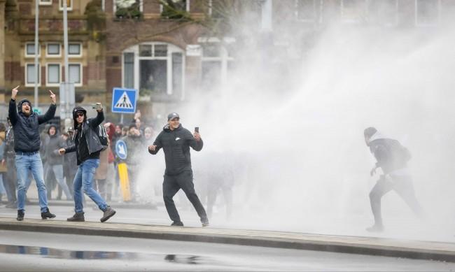 Над 100 задържани при протестите срещу мерките в Нидерландия