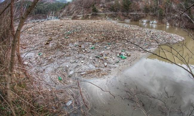 Тонове боклуци повлякоха придошлите води на река Средецка