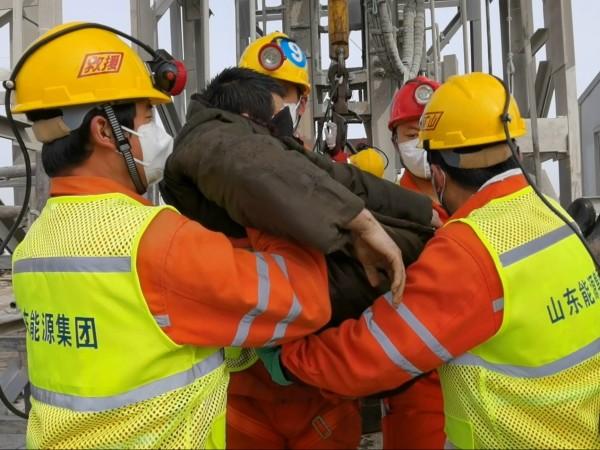 Спасители, издирващи затрупаните работници в китайска златна мина след драматичното