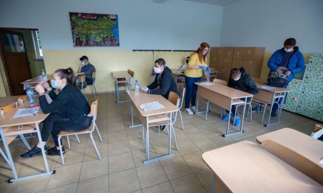Връщат 6 и 9 клас в училищата чак през март