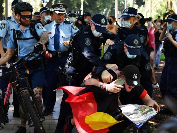 В Австралия няколко души са били арестувани за нарушаване на