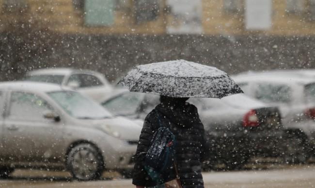 Зима е: Над 220 машини чистят пътищата от снега