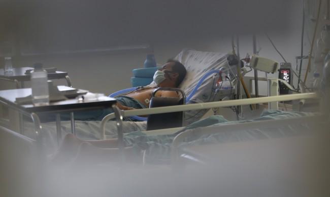 СЗО към болните: Легнете по корем, улеснява се дишането