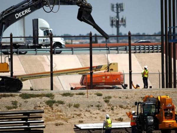 Строителните работници на границата между САЩ и Мексико са били