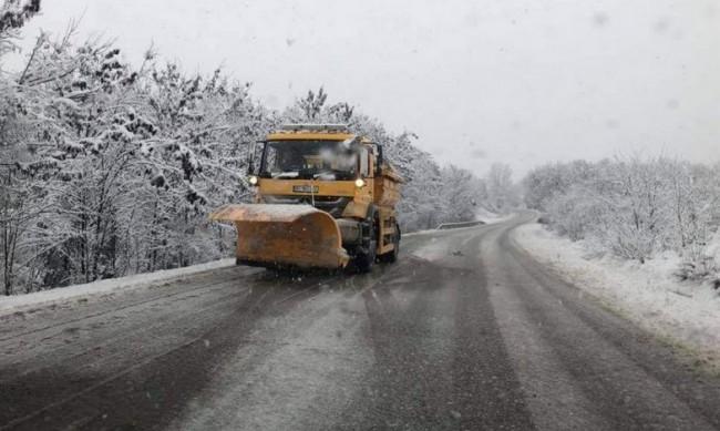 """При зимни условия: Отворени са Проходът на Републиката и """"Шипка"""""""