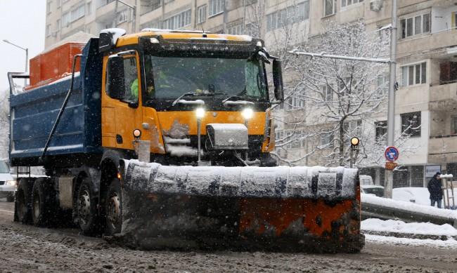 Извършена е обработка против заледяване в София