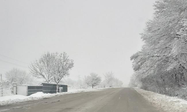 Пожарникари спасиха 10 души от коли, закъсали в Шуменско