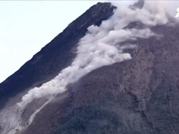 Внушително изригване на вулкан на индонезийския остров Ява. В продължение