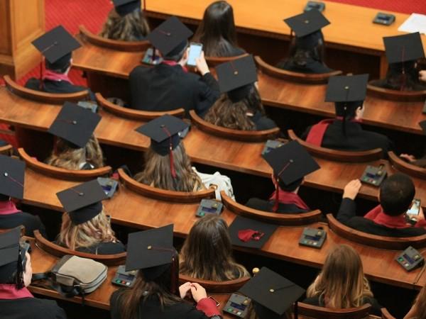 В онлайн изпитна сесия влязоха стотици студенти. Вузовете приключиха дистанционно