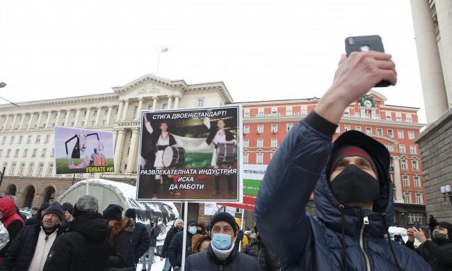 Показа ли Валери Симеонов среден пръст на протестиращите ресторантьори?