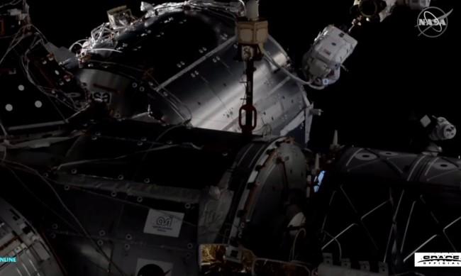 Астронавти от НАСА излязоха в открития космос