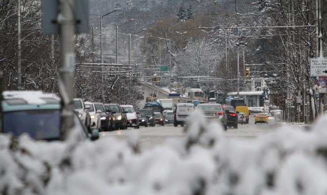 Извършена е обработка на улиците в София срещу заледяване