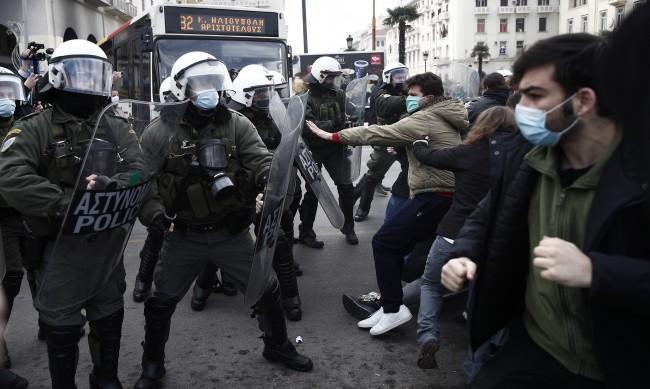 Студенти и гимназисти на протест в Гърция