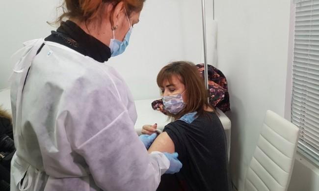 Започна ваксинацията на учители в Бургас