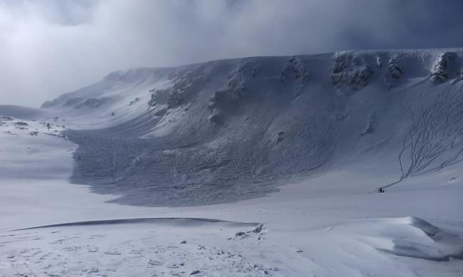 Опасност от лавини в Рила и Пирин, огромна маса се свлече край Рилските езера