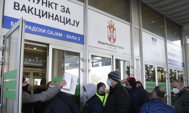 Как Сърбия стана отличникът във ваксинирането в Европа