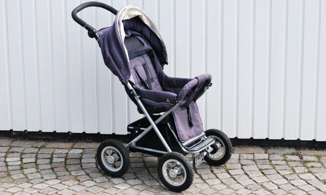 Кражба посред бял ден: Жена отмъкна детска количка