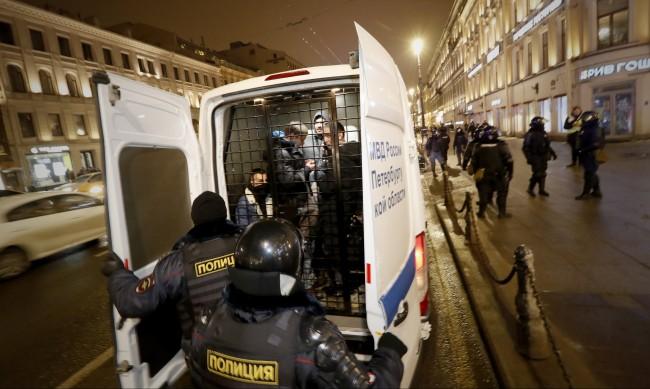 Руски журналист е в затвора, публикувал часа на протеста в Москва