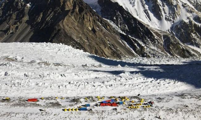 Седмица по късно: Търсенето на алпинистите под К2 продължава