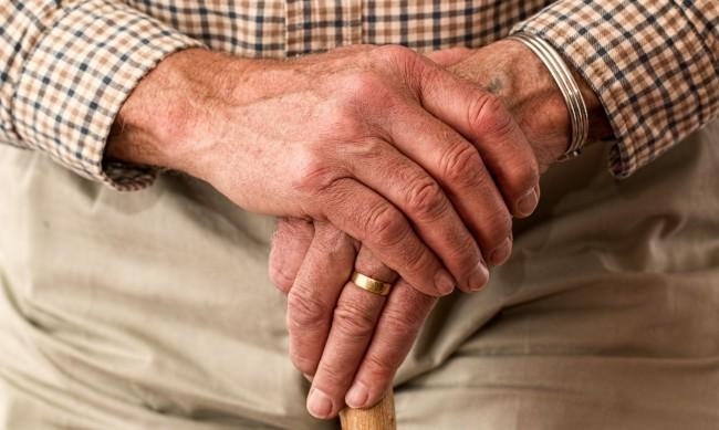 Мъж спаси възрастен човек от премръзване във Варна