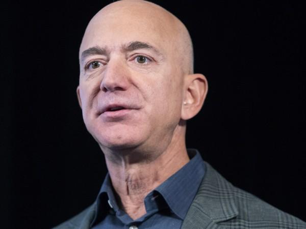 """Собственикът на американската корпорация """"Амазон"""" Джеф Безос си върна титлата"""