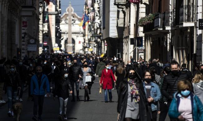 Италия с тревога заради новите щамове и струпвания на хора