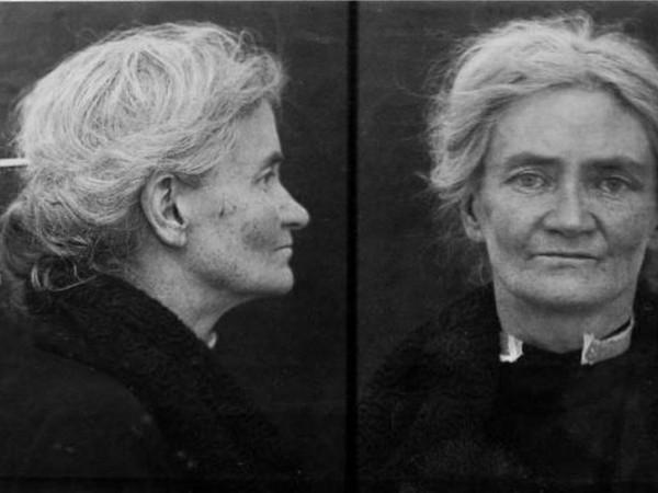 На 7 април 1926 г. една ирландка излиза от тълпата