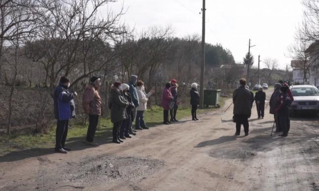 Само кал и дупки: 40 години село чака асфалт