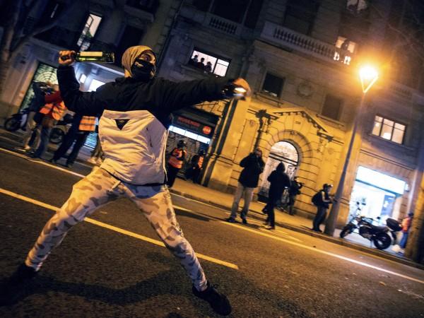 Осма поредна вечер продължиха размириците в Барселона. И на снощния