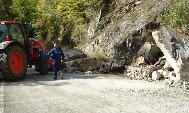 Движението по пътя към Кръстова гора е спряно заради взривове