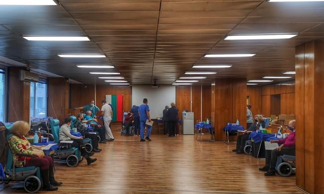 """Временно спира """"зеленият коридор"""" за ваксина във ВМА"""