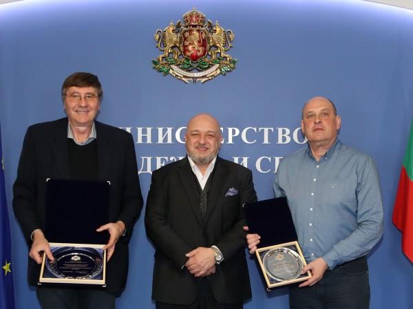 Министърът на младежта и спорта Красен Кралев връчи почетен плакет