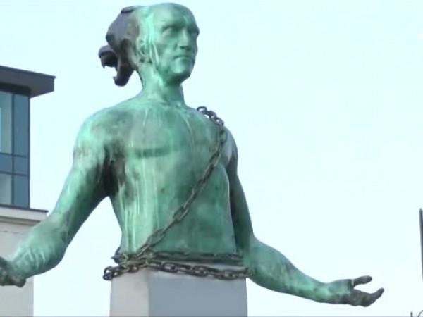 Четириметровата статуя до Морската гара в Бургас провокира разнопосочни страсти
