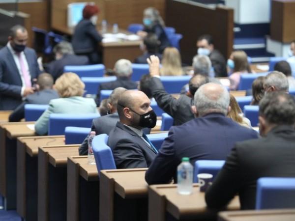 Парламентът отпусна държавни парични награди на 65 творци за следващите