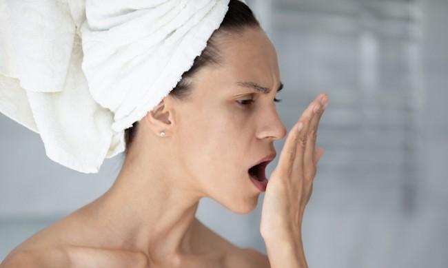 Какво може да допринесе за лошия дъх рано сутрин?