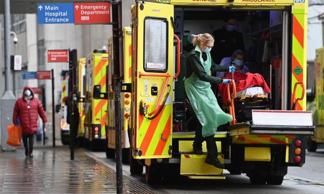 Намаляват случаите на коронавирус във Великобритания