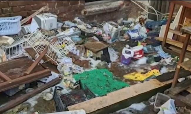 Изоставена къща в столичен квартал се превърна в сметище