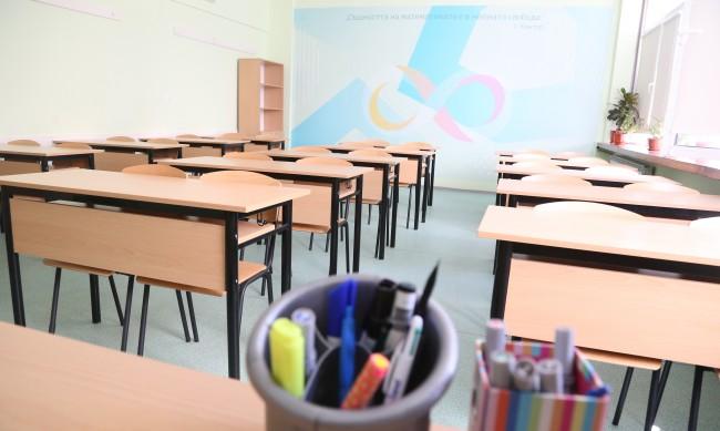 Учители искат незабавно спиране на присъствените учебни занятия