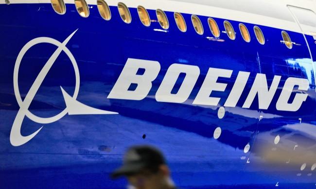 Още един Boeing 777 кацна аварийно заради проблем с двигателя
