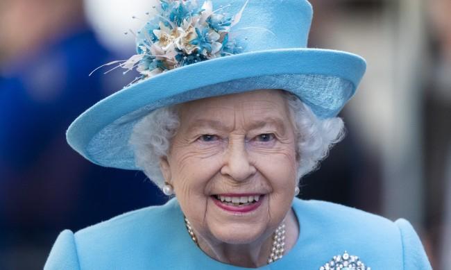 Кралица Елизабет: Ваксината срещу COVID изобщо не болеше, защитена съм!