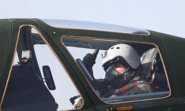 Каракачанов летя с ремонтиран Су-25 в Безмер