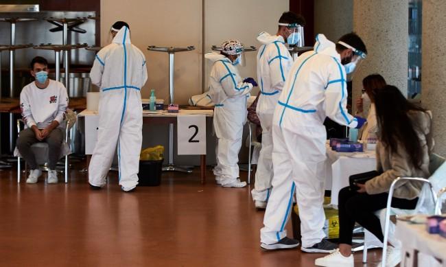 Испания ваксинира само с 1 доза хората под 55 г. преминали COVID
