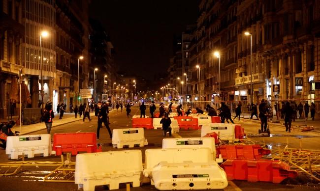 Барикади и мародерство в центъра на Барселона