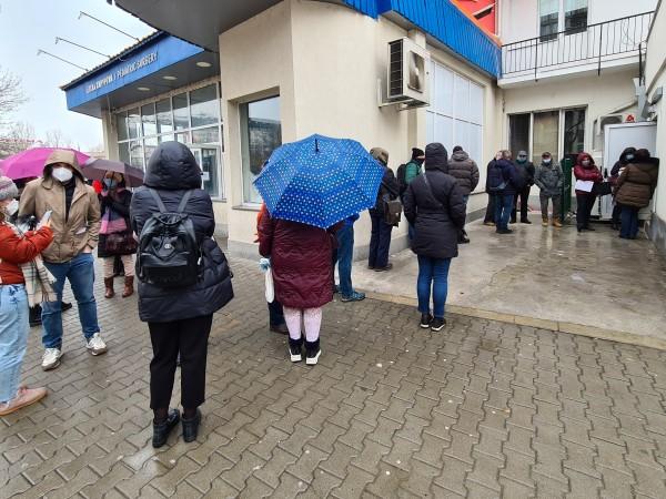 """Отново опашки от чакащи се извиха пред болница """"Пирогов"""" в"""