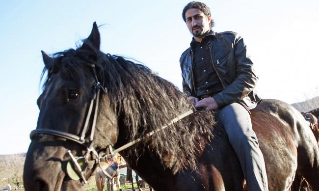 Омар Бин Ладен: Синът на Осама, който намери мир със себе си в рисуването
