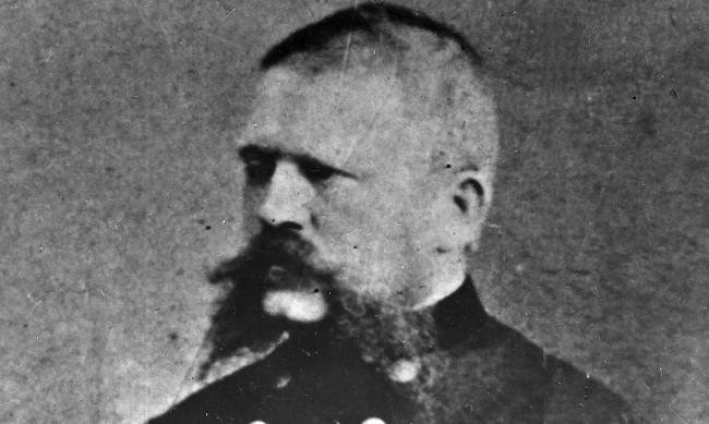 Строг, авторитетен, побойник: Кой е Алоис Хитлер, бащата на Адолф?