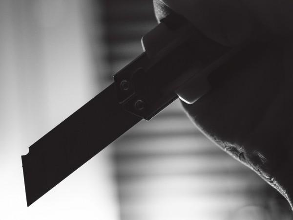 Близки на младеж, който е бил пребит и наръган от