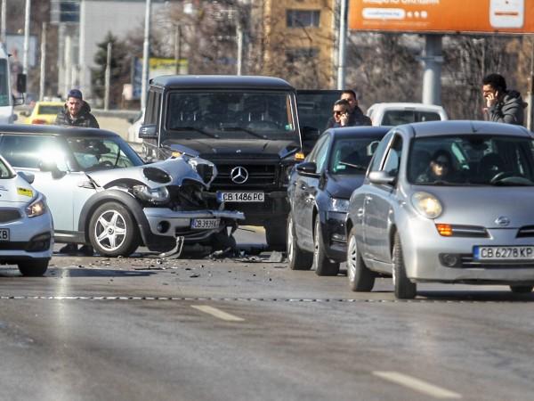 """Снимка: Димитър Кьосемарлиев, Dnes.bgВерижна катастрофа на бул. """"Цариградско шосе"""" доведе"""